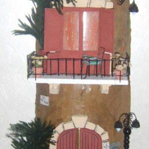 Tegola in rilievo, facciata con portone e balcone