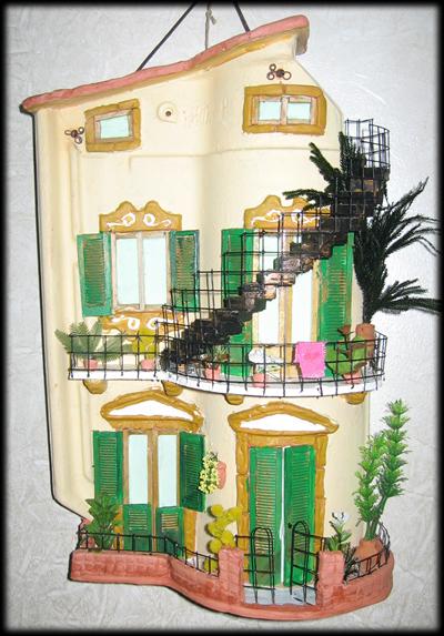 Tegola in rilievo con doppio balcone e scaletta