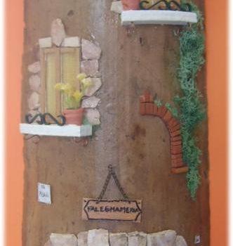 Tegola in Rilievo, facciata rustica con falegnameria e falegname al lavoro