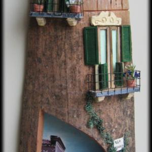 Tegola in Rilievo, facciata rustica, arco sfondo paesaggio case
