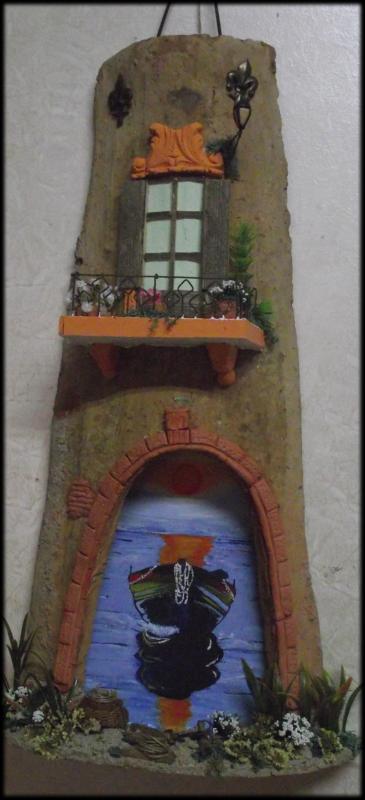 Tegola in Rilievo, con facciata rustica sfondo dipinto a mano.