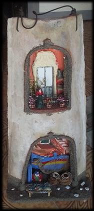Tegola in rilievo, facciata rustica con bancarella del pesce e barche