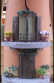 Tegola piccola in rilievo, facciata semplice con balcone e portoncino