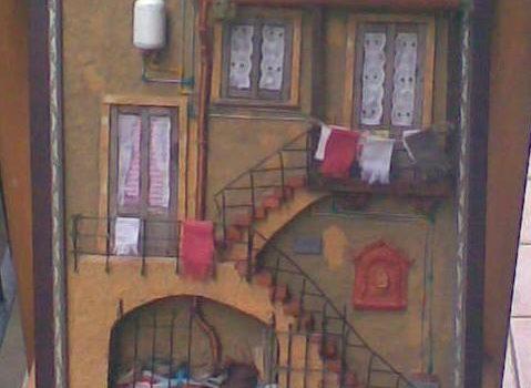 Quadro in rilievo, facciata rustica con balcone, barche e scaldino