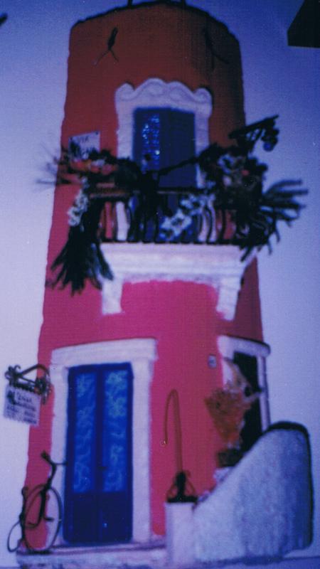 Tegola in Rilievo. Bicicletta e scalinata per ingresso