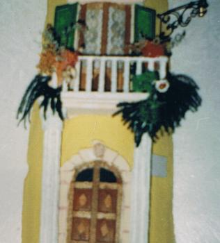 Tegola in rilievo. Facciata rustica, con colonne antiche