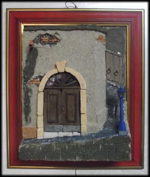 Quadro in rilievo, facciata con grande portone