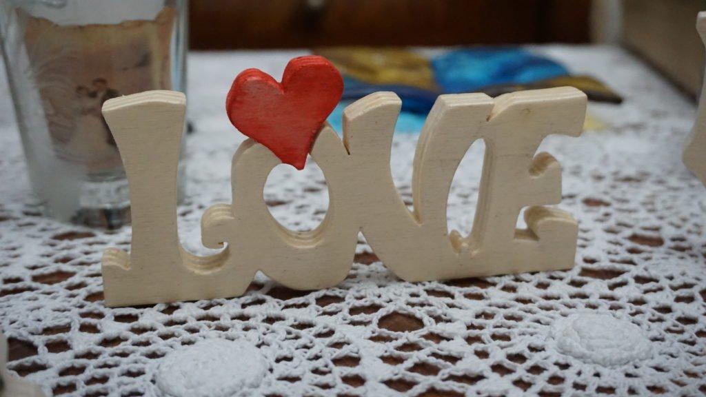 Scritta personalizzata Love in legno al traforo