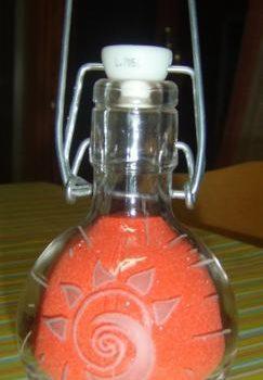 Incisione su bottiglia di vetro, con disegno sole stilizzato