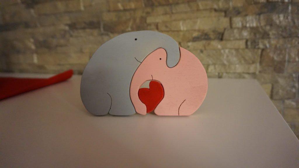 elefanti innamorati in legno, incastro, realizzati al traforo