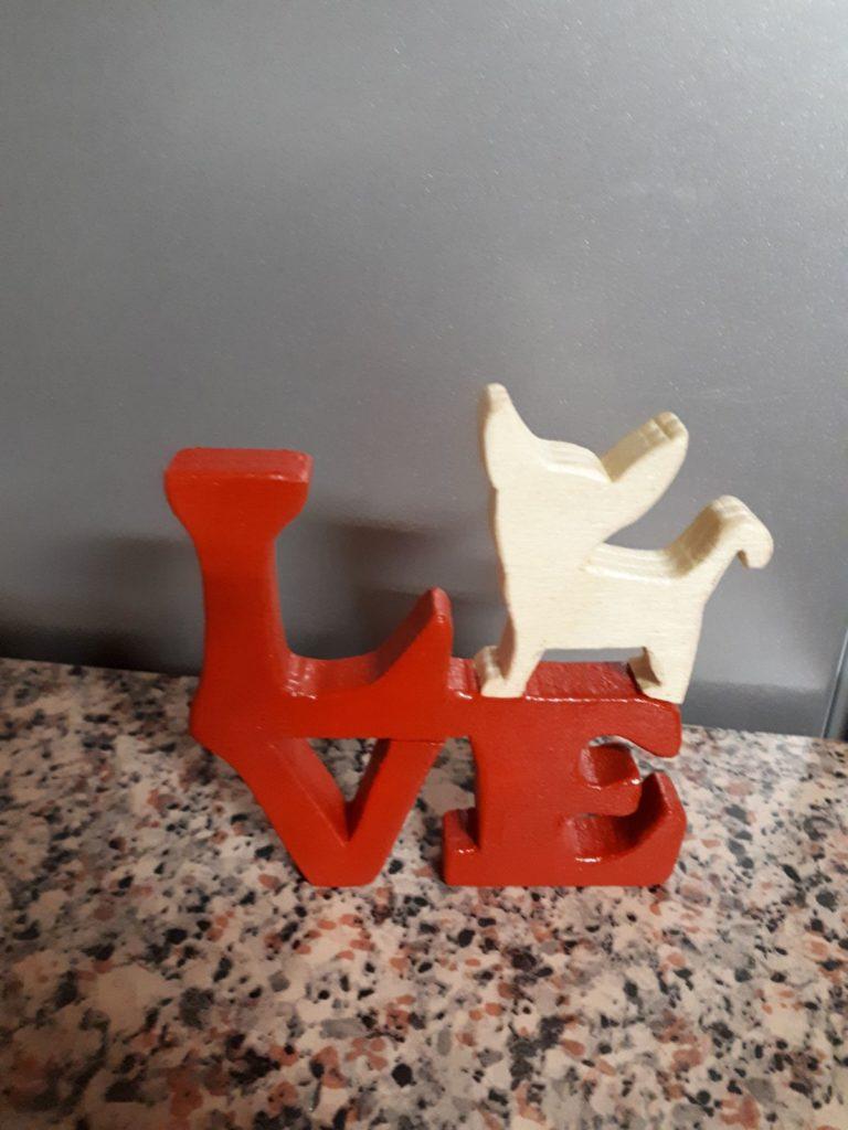 Scritta in legno love con simbolo cagnolino