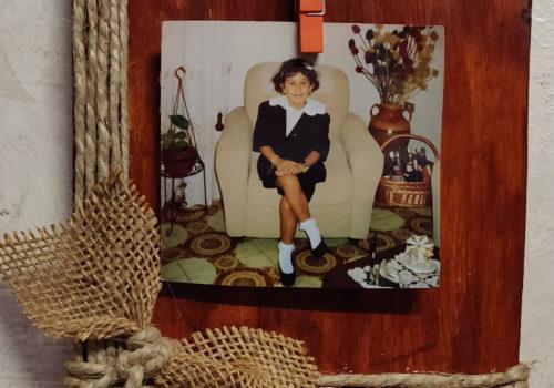 Portafoto in legno, con fiocco in corda e cordoncino incrociato.