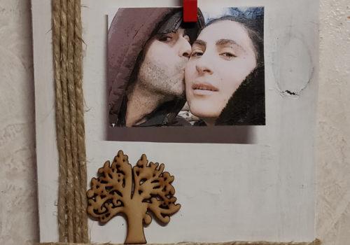 Portafoto in legno, con albero della vita in miniatura e cordoncino.