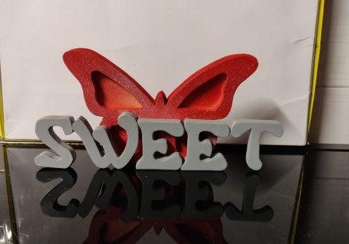 Scritta in legno Sweet, personalizzata con farfalla