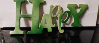 Scritta in legno HAPPY, realizzata al traforo.