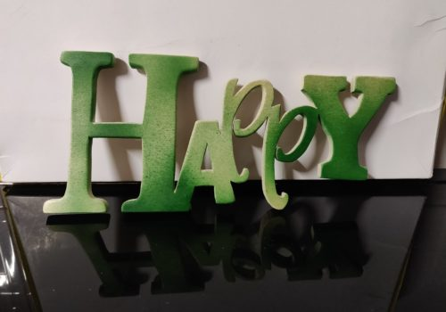 scritta in legno happy, traforo