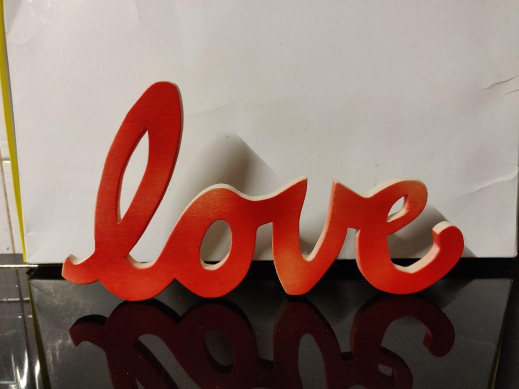 scritta in legno love, traforo