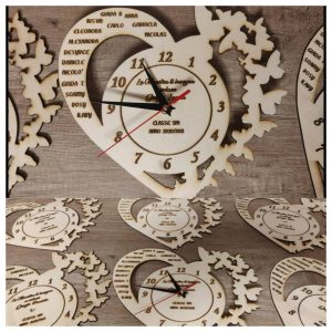 orologio in legno a forma di cuore